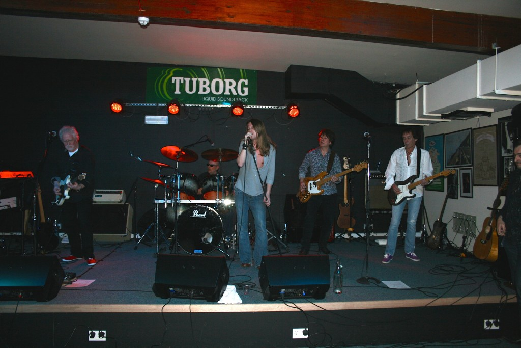 Jim Cregan brought his Band to play at Backstage. Jim played in various Bands including Family, Cockney Rebel and Rod Stewart. Jim co wrote many of Rods hits and you can see in the photo that his Band included Robin Le Mesurier, another ex Rod Stewart Band member!!